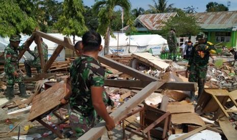 Prajurit TNI Bantu Pembangunan Kembali SD di Sulteng
