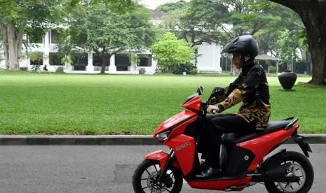 Jokowi Yakin Motor Listrik Gesits akan Diterima Pasar