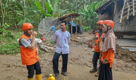 Jembatan Cipatujah Putus, Relawan RZ Distribusikan Bantuan