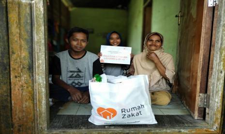 Bantu Masyarakat, Rumah Zakat Berbagi Bingkisan Lebaran
