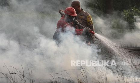 BPBD Turunkan Dua Helikopter Water Bombing Padamkan Karhutla thumbnail