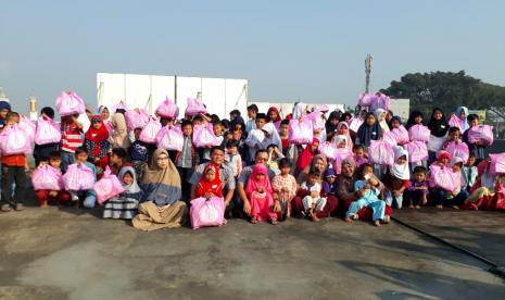 Sebanyak 129 anak yatim diajak berbelanja baju lebaran oleh komunitas Hijabers Mom Community (HMC) Sukabumi di toko pakaian Ria Busana Ahad (26/5).