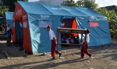 Anak Pengungsi Tsunami Sekolah di Tenda Darurat