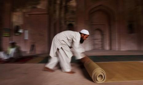 Yuvan Shankar Raja Spontan Berdoa di Atas Sajadah
