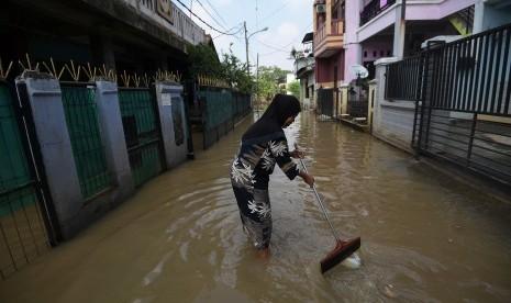 Warga Harap-Harap Cemas Menunggu Banjir