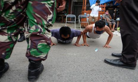 Pemkot Medan Bubarkan Pengunjung Kafe Lebihi Jam Operasional thumbnail
