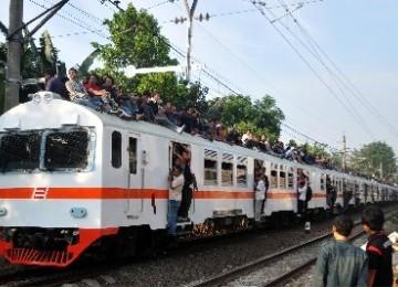 sejumlah penumpang yang berada diatas kereta berusaha menghindar dari  110630170636 459 9 Kebiasaan Buruk Orang Indonesia Saat Menggunakan Media Transportasi Umum