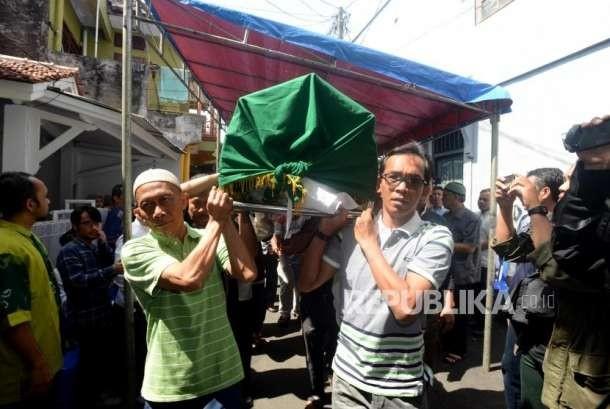 Isak Tangis Mengantar Yusuf Supendi ke Liang Lahat | Republika Online