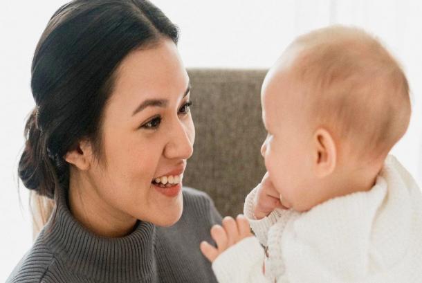 Penyanyi Raisa Andriana bersama sang putri mungilnya, Zalina