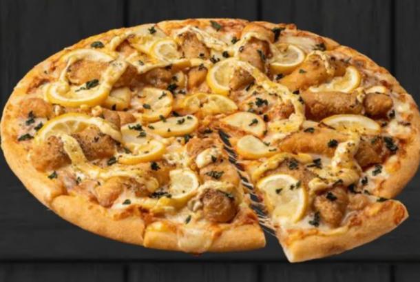 Menu baru Dominos Pizza Jepang memantik perdebatan warganet soal makanan Italia vs Inggris.