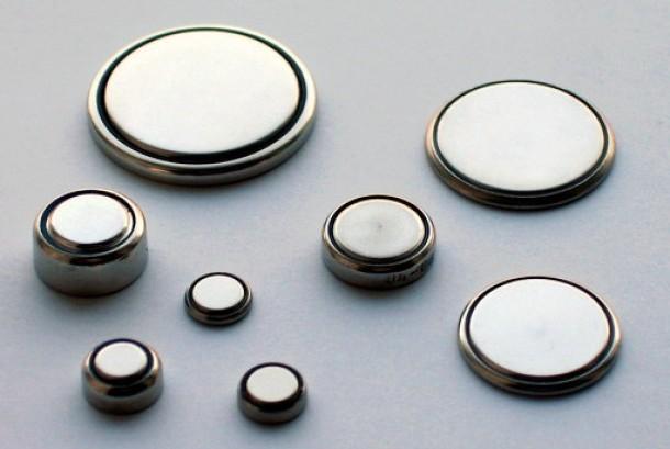 Baterai koin atau baterai kancing kerap dimainkan oleh anak dan mengakibatkannya cedera.