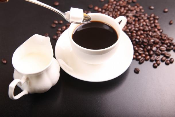 Efek yang terjadi dari kopi dengan tambahan pemanis, yakni naiknya kadar glukosa.