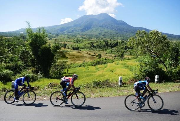 Peserta Tour De Flores 2016 (TDF) melintas di wilayah kecamatan Ruteng, di Etape ke V dengan rute Ruteng ke Labuan Bajo, Flores.