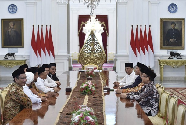 President Joko Widodo (third from right) accompanied by Coordinating Minister of Political, Legal and Security , Minister of Religious Affairs Lukman Hakim Saifuddin and State Secretary Pratikno holds a meeting with GNPF MUI leaders at the State Palace, Sunday (June 25).