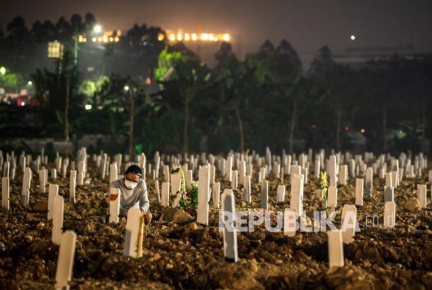 Warga berdoa di dekat pusara keluarganya di area pemakaman khusus Covid-19 di TPU Rorotan, Cilincing, Jakarta Utara, Kamis (15/7/2021). Jutaan anak menjadi yatim piatu setelah orang tua atau pengasuhnya meninggal akibat Covid-19. Berdasarkan data Worldometer, Indonesia resmi masuk empat besar kasus aktif COVID-19 terbanyak di seluruh dunia, pada Kamis (15/7/2021) kasus aktif di Indonesia mencapai 480.199 kasus, melampaui Rusia yang tercatat 457.250 kasus, Indonesia juga jauh melampaui India yang tercatat 432.011 kasus.
