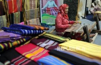 ISEF Ajak Desainer Lokal Kreasikan Fesyen Berbahan Wastra