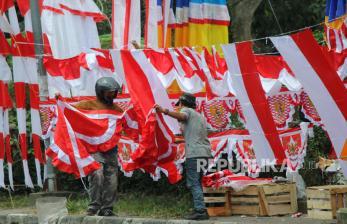 In Picture: Pedagang Bendera Berharap Meraup Untung Jelang HUT Ke-76 RI