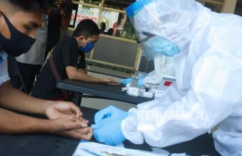 <em>Rapid Test</em> 117 Warga Semampir Surabaya Reaktif Covid-19