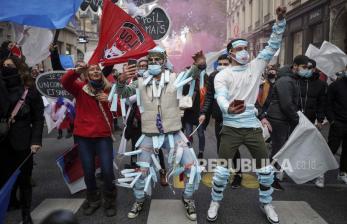 Ribuan Warga Prancis Tolak Kartu Izin Masuk Tempat Publik