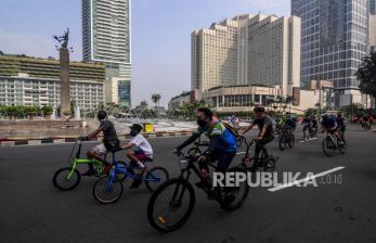 In Picture: PSBB Transisi, Warga Asyik Bersepeda di Kawasan Bundaran HI
