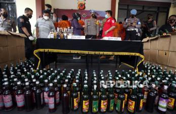 Polres Bogor Sita Ribuan Botol Miras dan Petasan