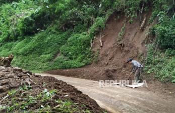 Tembok Penahan Tanah di Kantor Desa di Bandung Longsor