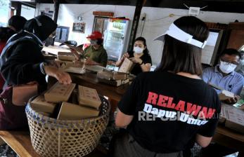 In Picture: Dapur Umum Gotong Royong Denpasar Bagikan Makanan Gratis