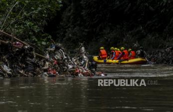 In Picture: Sampah  Limbah Rumah Tangga Cemari Sungai Ciliwung