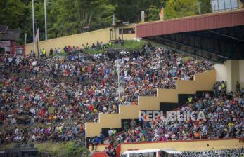 Sejumlah warga menyaksikan pertandingan antara tim sepak bola Papua dengan tim sepak bola Aceh pada final Sepak Bola Putra PON Papua di Stadion Mandala, Kota Jayapura, Papua, Kamis (14/10/2021). Tim sepak bola putra Papua menang atas Aceh dengan skor 2-0.