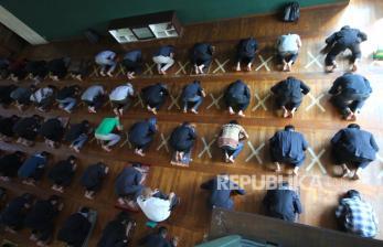 In Picture: Jaga Jarak Fisik Shalat Berjamaah di Masjid Al Ukhuwah