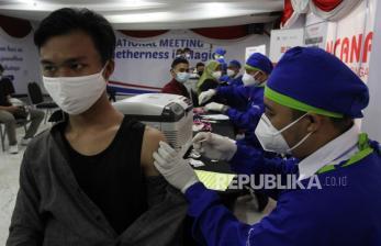 Vaksinasi Dosis Kedua AZ di Surabaya Berlangsung Tertib