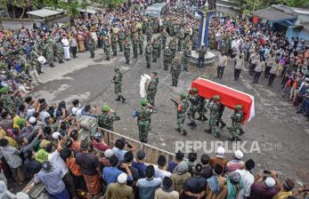 In Picture: Pemakaman Anggota TNI Yang Gugur di Papua