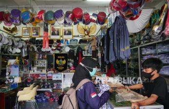 In Picture: Penjualan Pakaian Seragam Sekolah Mulai Naik (1)