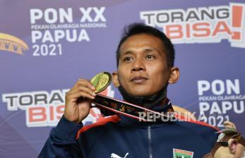 Atlet shorinji kempo Sumatera Barat Ari Pramanto berpose dengan medali emas yang diraihnya pada final shorinji kempo randori perorangan putra kelas 70 Kg PON Papua di GOR STT Gidi, Sentani, Kabupaten Jayapura, Papua, Rabu (13/10/2021). Atlet shorinji kempo Sumatera Barat Ari Pramanto berhasil meraih medali emas dan atlet Papua Barat Julifan Prastyo Nugroho meraih medali perak kemudian atlet DI Yogyakarta Kristowirawan dan atlet Maluku Moh Yamin Rahayaan mendapat medali perunggu.