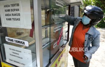 In Picture: Pembagian Nasi Gratis di Sudut Kota Yogyakarta