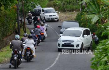 'Tanjakan Naga' Lembang, Polisi Dorong dan Ganjal Kendaraan