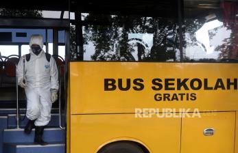In Picture: Disinfeksi Armada Bus Sekolah DKI Jakarta