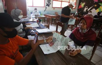 In Picture: Penyaluran Bantuan Sosial Tunai di Beberapa Kota