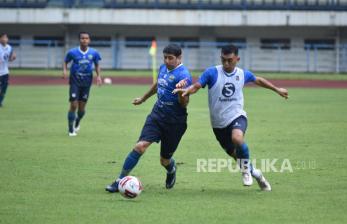In Picture: Persib Bandung Berlatih di Bawah Guyuran Hujan