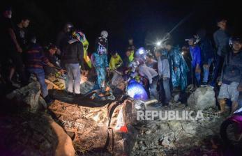 In Picture: Evakuasi Korban Tanah Longsor di Sibolangit
