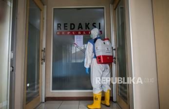 In Picture: Tanggap Bencana BAZNAS Semprot Disinfektan Kantor Republika