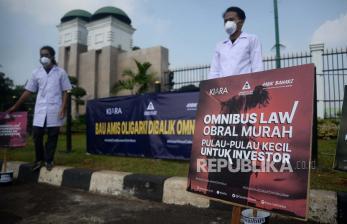 In Picture: Aksi Tolak Omnibus Law di Depan Gedung Parlemen Senayan