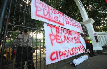 In Picture: Aksi Tolak Pungli Bansos di Tengah Pandemi Covid-19