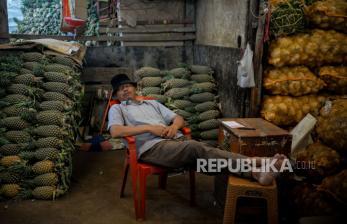 In Picture: Pasar Induk Kramat Jati Sepi, Pedagang Memilih Tidur (1)