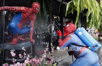 In Picture: Spiderman Semprotkan Disinfektan di Thailand