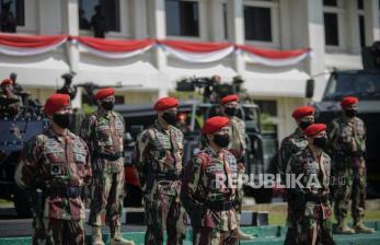 Kopassus Ketuk Pintu Warga Bagikan 2.000 Paket Sembako
