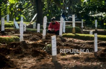In Picture: Ziarah Kubur Korban Covid-19 di TPU Pondok Ranggon