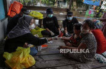 In Picture: Layanan Kesehetan bagi Warga yang Terkepung Banjir