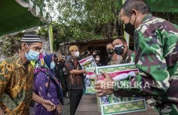 In Picture: Bantuan Beras untuk Masyarakat Terdampak Covid-19