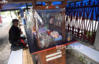 In Picture: Jelang <em>New Normal</em>, Tirai Plastik di Warung Angkringan